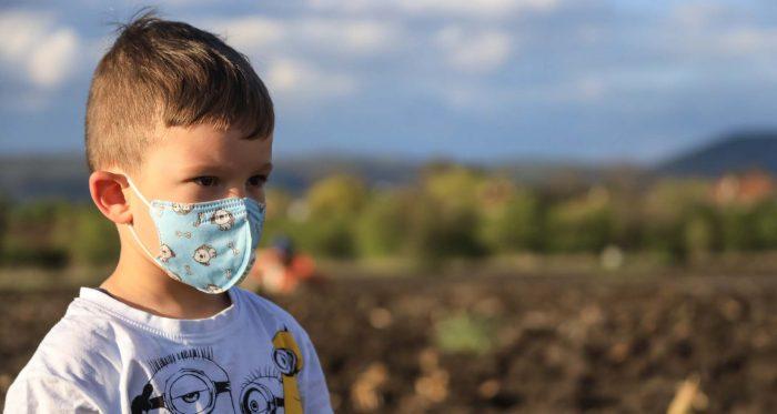 bocah yang menggunakan masker